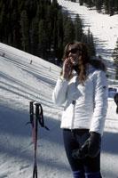 girl talking on cell phone on ski slopes 11029012190| 写真素材・ストックフォト・画像・イラスト素材|アマナイメージズ
