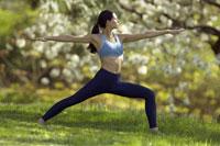Woman doing yoga outdoors 11029012234| 写真素材・ストックフォト・画像・イラスト素材|アマナイメージズ