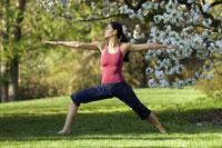 Woman doing yoga outdoors 11029012235| 写真素材・ストックフォト・画像・イラスト素材|アマナイメージズ