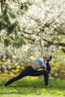 Woman stretching outdoors 11029012238| 写真素材・ストックフォト・画像・イラスト素材|アマナイメージズ