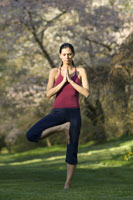 Woman practicing yoga outdoors 11029012239| 写真素材・ストックフォト・画像・イラスト素材|アマナイメージズ