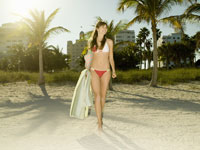Teenage girl in bikini walking on beach 11029012507| 写真素材・ストックフォト・画像・イラスト素材|アマナイメージズ