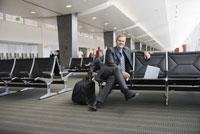 man sitting in waiting area 11029012791  写真素材・ストックフォト・画像・イラスト素材 アマナイメージズ