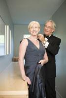 man fastening wifes necklace 11029012948| 写真素材・ストックフォト・画像・イラスト素材|アマナイメージズ