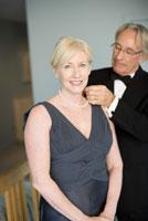 man fastening wifes necklace 11029012949| 写真素材・ストックフォト・画像・イラスト素材|アマナイメージズ