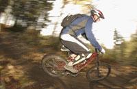 Mountain biker on dirt trail 11029013052| 写真素材・ストックフォト・画像・イラスト素材|アマナイメージズ