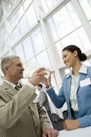 people toasting with wine 11029013510| 写真素材・ストックフォト・画像・イラスト素材|アマナイメージズ