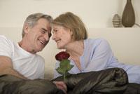 man kissing his wife 11029013690| 写真素材・ストックフォト・画像・イラスト素材|アマナイメージズ