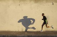 Man jogging on urban sidewalk 11029013776| 写真素材・ストックフォト・画像・イラスト素材|アマナイメージズ