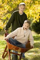 Brothers playing with wheelbarrow 11029013821| 写真素材・ストックフォト・画像・イラスト素材|アマナイメージズ