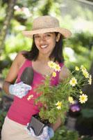 Woman gardening 11029013841| 写真素材・ストックフォト・画像・イラスト素材|アマナイメージズ