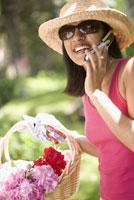 Indian woman gardening and 11029013842| 写真素材・ストックフォト・画像・イラスト素材|アマナイメージズ