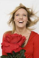 Woman holding oversized flower 11029014053| 写真素材・ストックフォト・画像・イラスト素材|アマナイメージズ