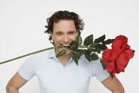 Man holding oversized flower 11029014056| 写真素材・ストックフォト・画像・イラスト素材|アマナイメージズ
