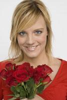 Woman holding bouquet of roses 11029014060| 写真素材・ストックフォト・画像・イラスト素材|アマナイメージズ