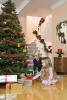Children opening Christmas presents 11029014240| 写真素材・ストックフォト・画像・イラスト素材|アマナイメージズ