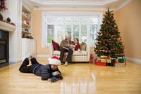 Man and grandchildren together 11029014244| 写真素材・ストックフォト・画像・イラスト素材|アマナイメージズ