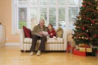 Grandfather playing with granddaughter 11029014245| 写真素材・ストックフォト・画像・イラスト素材|アマナイメージズ