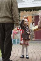 Man and woman arriving with presents 11029014249| 写真素材・ストックフォト・画像・イラスト素材|アマナイメージズ