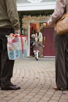 Man and woman arriving with presents 11029014250| 写真素材・ストックフォト・画像・イラスト素材|アマナイメージズ