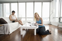 Couple relaxing in living room 11029014280| 写真素材・ストックフォト・画像・イラスト素材|アマナイメージズ