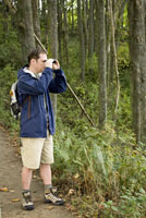 Man looking through binoculars 11029014464| 写真素材・ストックフォト・画像・イラスト素材|アマナイメージズ