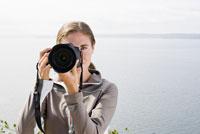 Woman taking photograph 11029014479| 写真素材・ストックフォト・画像・イラスト素材|アマナイメージズ