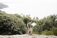 Man looking at map 11029014489| 写真素材・ストックフォト・画像・イラスト素材|アマナイメージズ