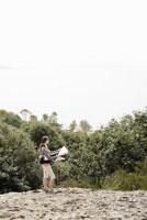 Woman looking at map 11029014490| 写真素材・ストックフォト・画像・イラスト素材|アマナイメージズ
