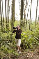 Woman taking photograph 11029014502| 写真素材・ストックフォト・画像・イラスト素材|アマナイメージズ
