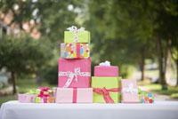 Stack of gifts on table 11029014663  写真素材・ストックフォト・画像・イラスト素材 アマナイメージズ