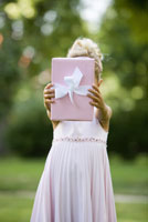 Girl holding gift 11029014668| 写真素材・ストックフォト・画像・イラスト素材|アマナイメージズ