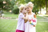 Girls telling secret 11029014670| 写真素材・ストックフォト・画像・イラスト素材|アマナイメージズ