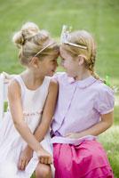 Girls touching foreheads 11029014673  写真素材・ストックフォト・画像・イラスト素材 アマナイメージズ