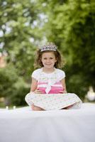 Girl holding gift 11029014682| 写真素材・ストックフォト・画像・イラスト素材|アマナイメージズ