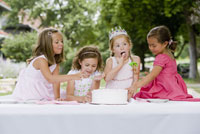 Girls eating birthday cake 11029014700| 写真素材・ストックフォト・画像・イラスト素材|アマナイメージズ