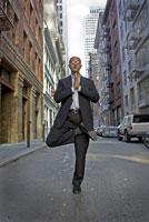 man practising yoga on city street 11029014930| 写真素材・ストックフォト・画像・イラスト素材|アマナイメージズ