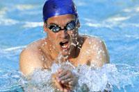 Close up of man swimming 11029015019| 写真素材・ストックフォト・画像・イラスト素材|アマナイメージズ
