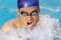 Close up of man swimming 11029015020| 写真素材・ストックフォト・画像・イラスト素材|アマナイメージズ