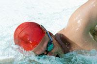 Man swimming in swimming pool 11029015027| 写真素材・ストックフォト・画像・イラスト素材|アマナイメージズ
