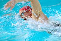 Man swimming in swimming pool 11029015028| 写真素材・ストックフォト・画像・イラスト素材|アマナイメージズ