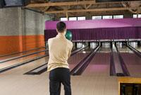 Man preparing to throw bowling ball 11029015184| 写真素材・ストックフォト・画像・イラスト素材|アマナイメージズ