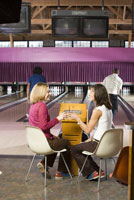 Friends toasting in bowling alley 11029015186| 写真素材・ストックフォト・画像・イラスト素材|アマナイメージズ