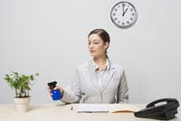 Businesswoman watering plant 11029015759| 写真素材・ストックフォト・画像・イラスト素材|アマナイメージズ
