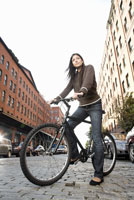 Hispanic woman standing with bicycle 11029015909| 写真素材・ストックフォト・画像・イラスト素材|アマナイメージズ