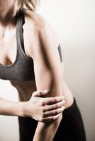 Woman with hand on elbow 11029015914| 写真素材・ストックフォト・画像・イラスト素材|アマナイメージズ