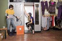 Women waiting for photo booth pictures 11029016150| 写真素材・ストックフォト・画像・イラスト素材|アマナイメージズ