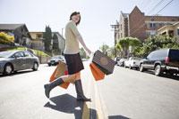 Woman carrying shopping bags 11029016192| 写真素材・ストックフォト・画像・イラスト素材|アマナイメージズ