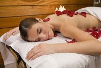 Woman laying on spa table 11029016260| 写真素材・ストックフォト・画像・イラスト素材|アマナイメージズ