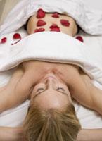 Woman laying on spa table 11029016270| 写真素材・ストックフォト・画像・イラスト素材|アマナイメージズ
